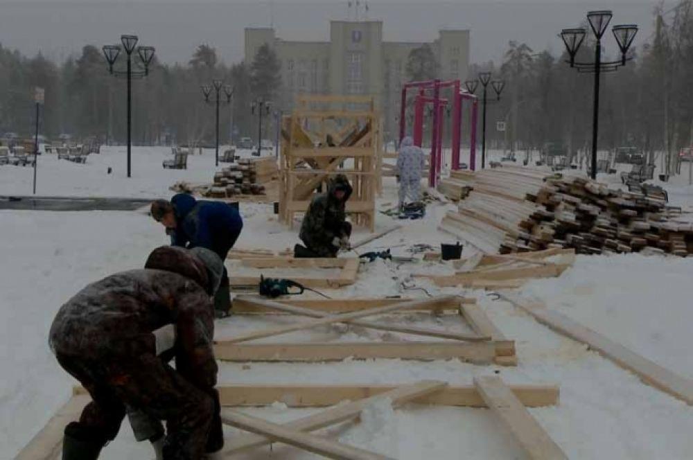 Строительство ледового городка в Ноябрьске.