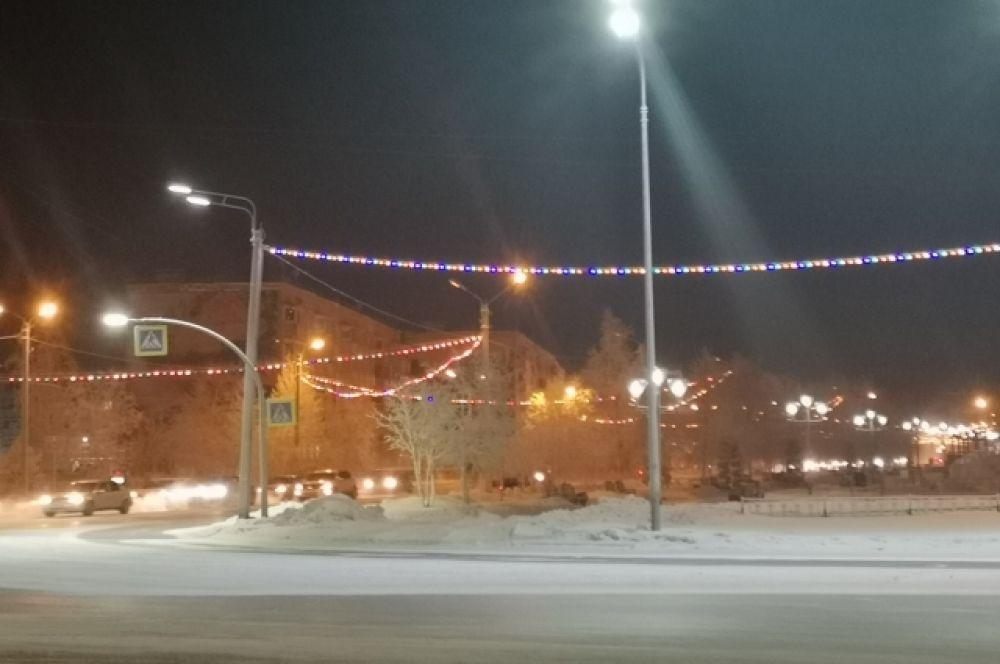 В Ноябрьске запустили новогоднюю иллюминацию.