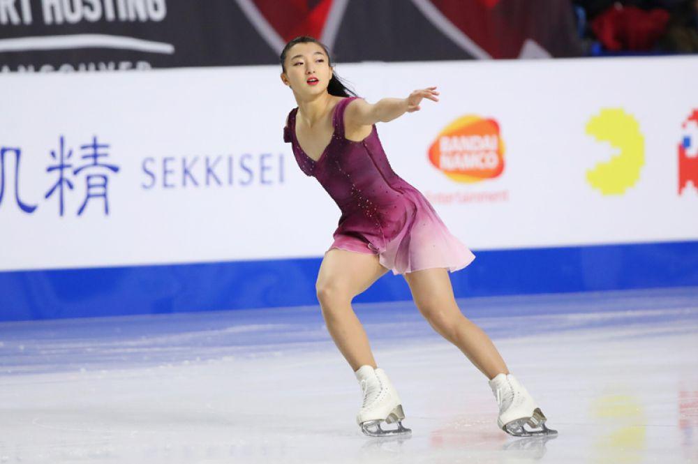 Каори Сакамото (Япония) выступает в короткой программе женского одиночного катания в финале Гран-при по фигурному катанию в Ванкувере.