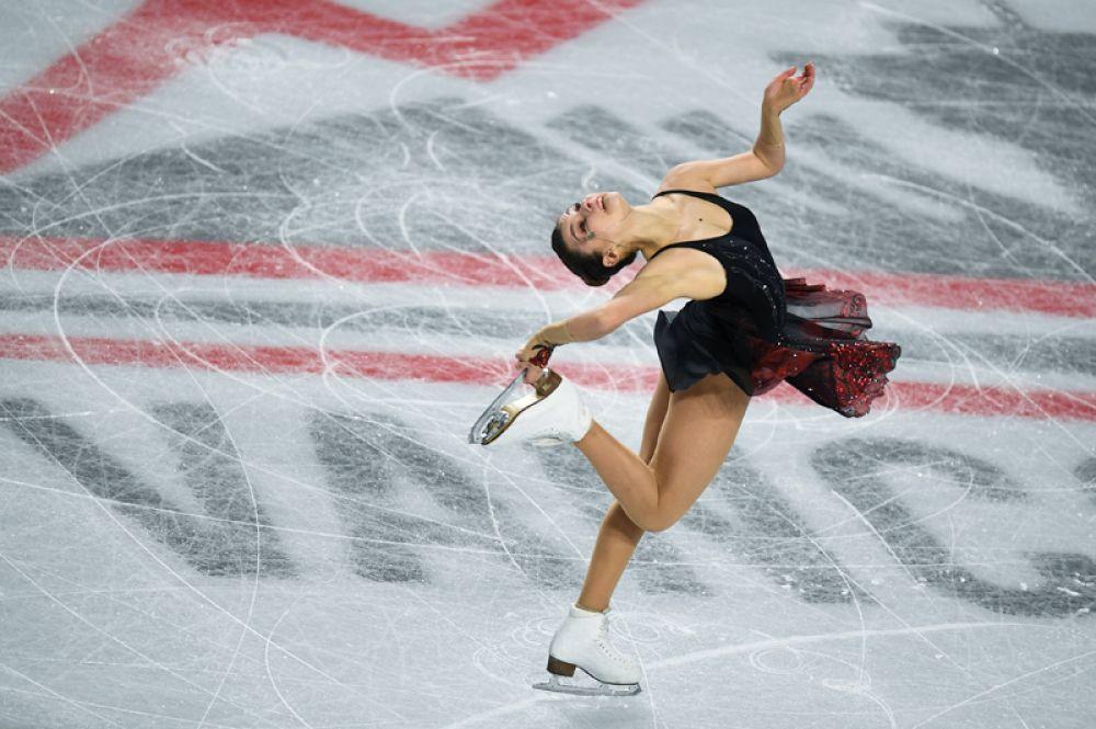 Софья Самодурова (Россия) выступает в короткой программе женского одиночного катания в финале Гран-при по фигурному катанию в Ванкувере.