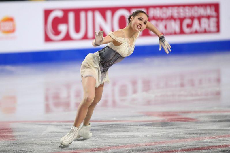 Алина Загитова (Россия) выступает в короткой программе женского одиночного катания в финале Гран-при по фигурному катанию в Ванкувере.