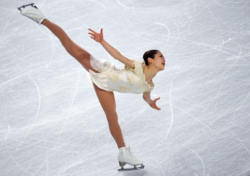 Елизавета Туктамышева (Россия) выступает в короткой программе женского одиночного катания в финале Гран-при по фигурному катанию в Ванкувере.