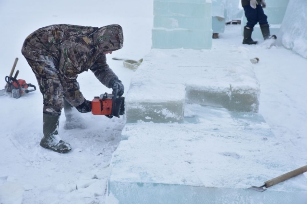 Строительство ледового городка в Тазовском.