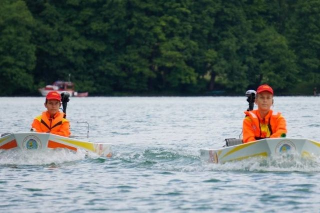 Ребята сделали «солнечные» лодки своими руками и уверено повели их к победе.