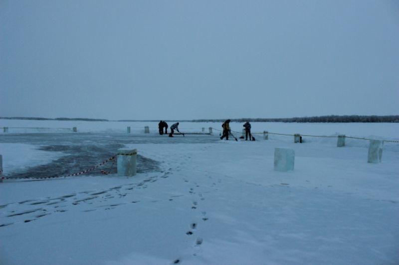 Нарезка ледовых кирпичей для строительства ледового городка в селе Мужи.
