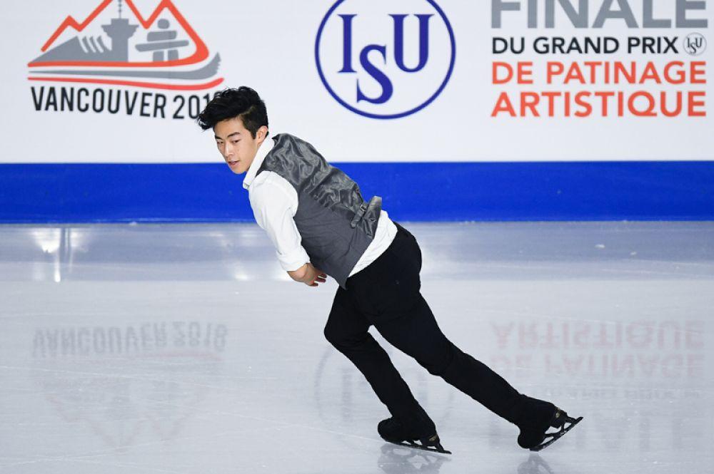 Нэтан Чен (США) выступает в короткой программе мужского одиночного катания в финале Гран-при по фигурному катанию в Ванкувере.