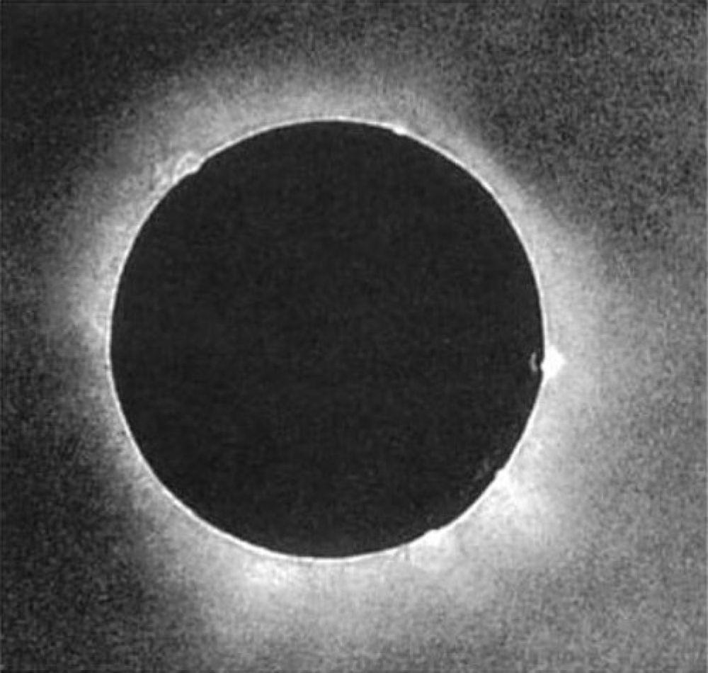 Солнечное затмение 28 июля 1851 года. Это первая правильно выдержанная фотография солнечного затмения с использованием процесса дагеротипии.