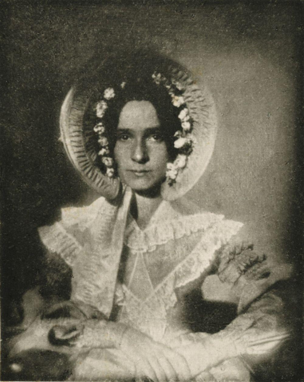 Первый в истории женский фотопортрет, снятый Джоном Дрейпером в 1840 году. На нем изображена его сестра Дороти.