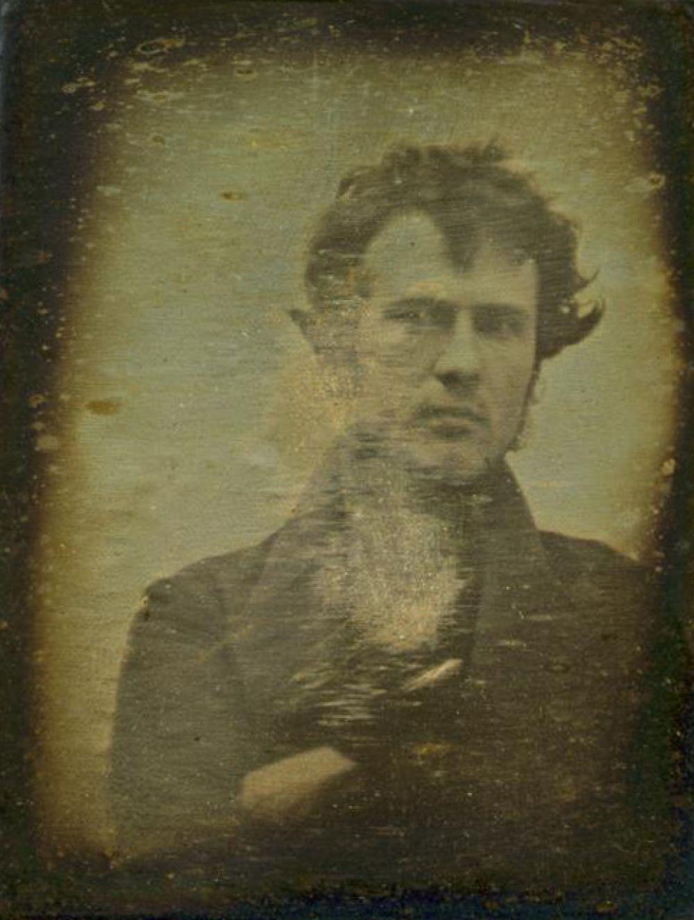 Первое селфи в истории: автофотопортрет, сделанный Робертом Корнелиусом 1839 году.