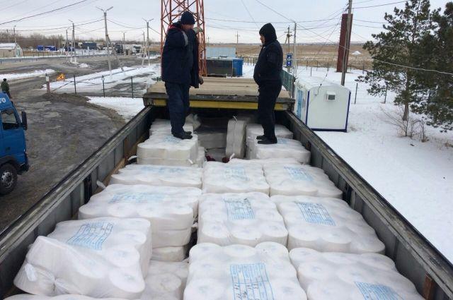 Иностранцы хотели попасть на территорию России, спрятавшись в прицепе грузовика.