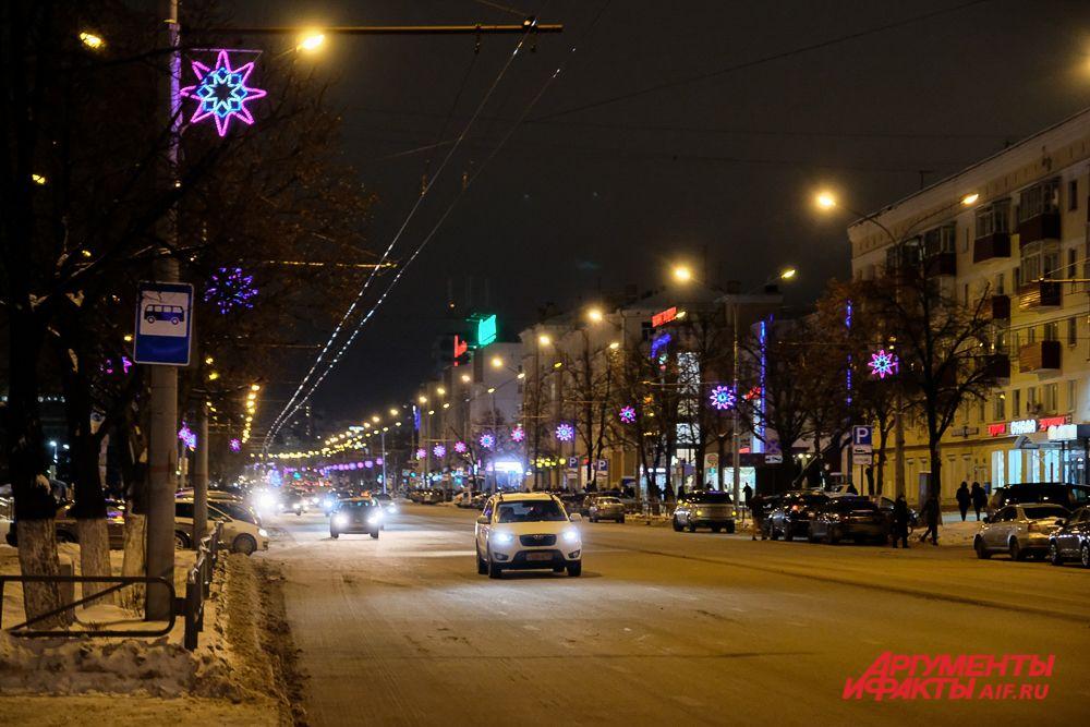 Центральные улицы украсили световыми кронштейнами.