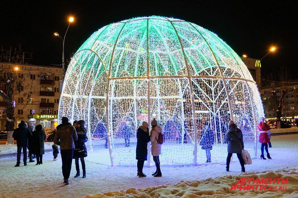 """Площадь возле отеля """"Урал"""" тоже украсили к празднику."""