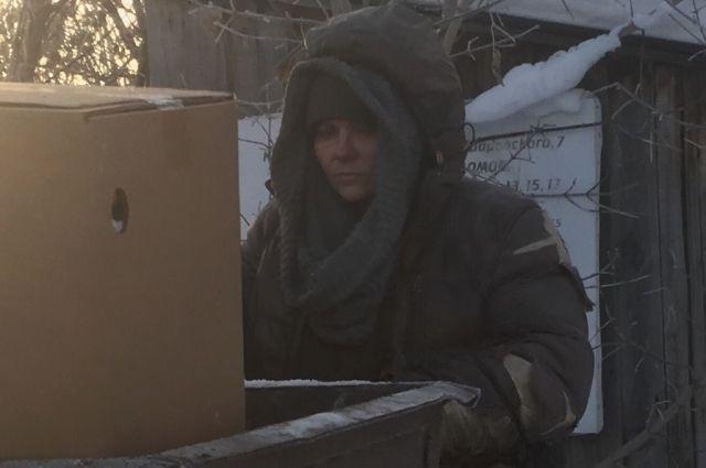 Местные жители предполагают, что бездомная женщина страдает потерей памяти. Возможно её разыскивают родственники.