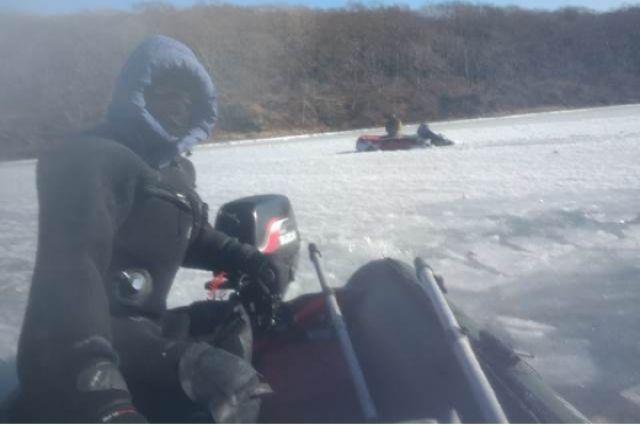 Спасатели вызволяли застрявшего во льдах человека.