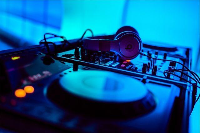 Ущерб от украденного музыкального центра 6700 рублей.