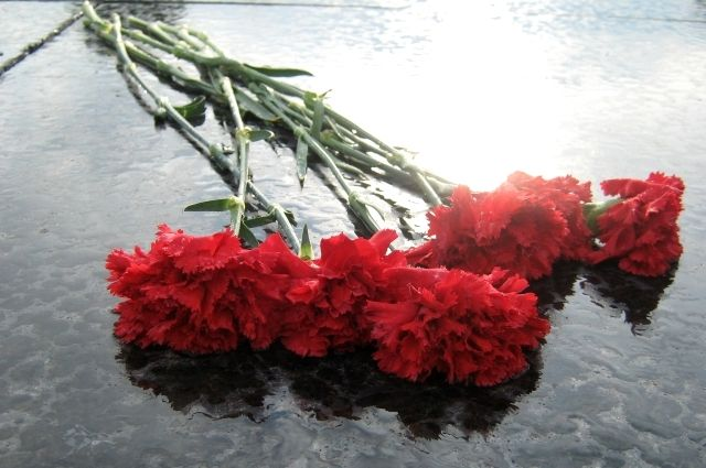 Тюменцы возложили цветы к монументу, почтив память павших за Отечество