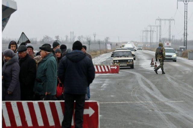 В Донецкой и Луганской области на пунктах пропуска застряли 240 автомобилей