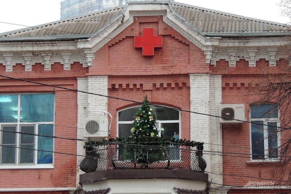 Новогодняя ёлка на балконе Городской клинической больницы №1.