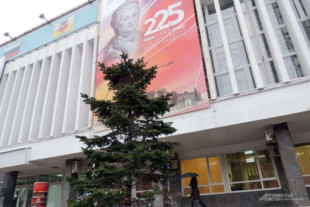 Украшенная гирляндами живая ель напротив Муниципального концертного зала.