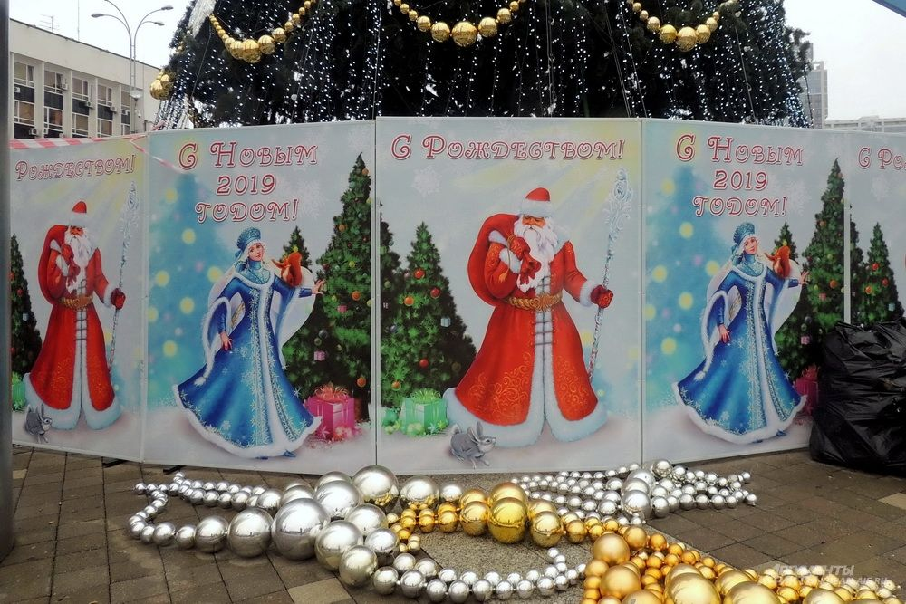 Игрушки для украшения новогодней ёлки на Театральной площади Краснодара.