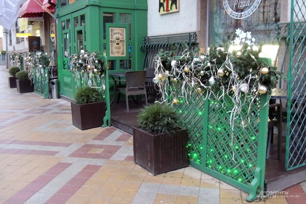 Это кафе украсили новогодними шарами и лентами.