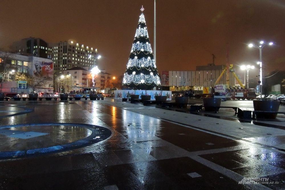 В дождливую погоду светящаяся ёлка красиво отражается от земли.