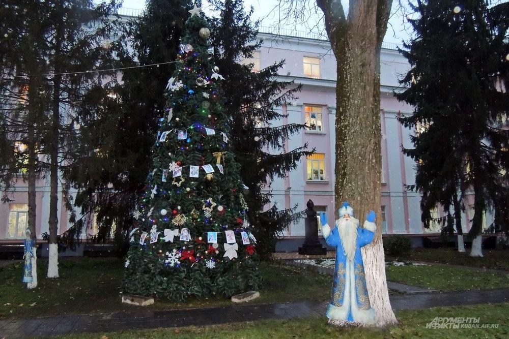 Ёлка с Дедом Морозом и Снегурочкой во дворе школы.