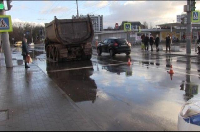 В Калининграде выясняют обстоятельства наезда грузовика на пешехода.