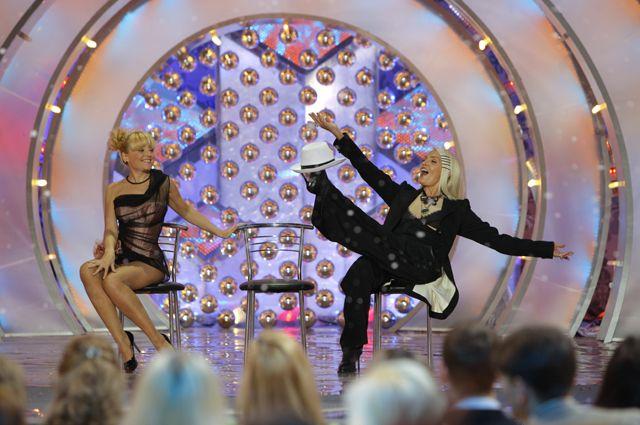 Анжелика Варум и Лайма Вайкуле (слева направо) на съемках новогодней передачи «Голубой огонек».