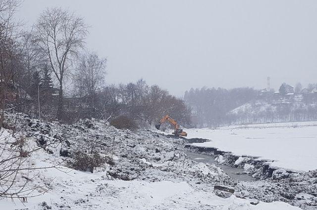 В Перми чистят Мотовилихинский пруд.