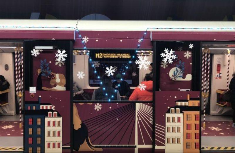 Все жители в восторге: ведь как прекрасно проехаться в таком сказочном вагоне и зарядиться рождественским настроением прямо сейчас.