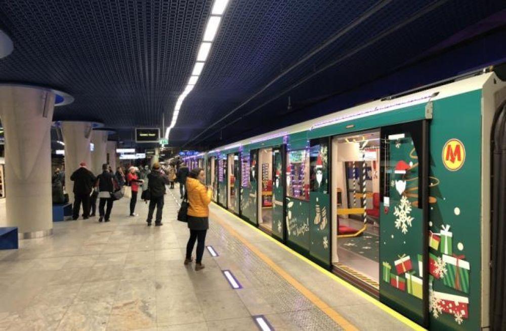 Самое прекрасное в этой новогодней истории, что пассажиров в этих чудо-вагонах будут угощать конфетами.