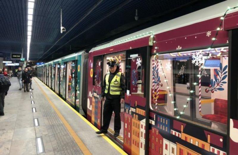 Кроме вагонов метро, польские власти планируют запустить такие же украшенные автобусы и трамваи.