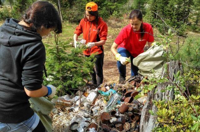 Волонтеры-экологи очищают берега Байкала.