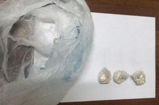 В полиэтиленовом пакете были обнаружены с 16-ю свертками
