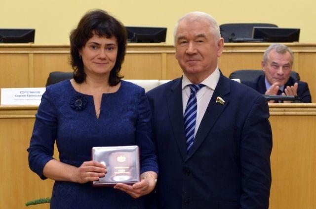 Сотрудника Росреестра наградили за сотрудничество с тюменской Думой