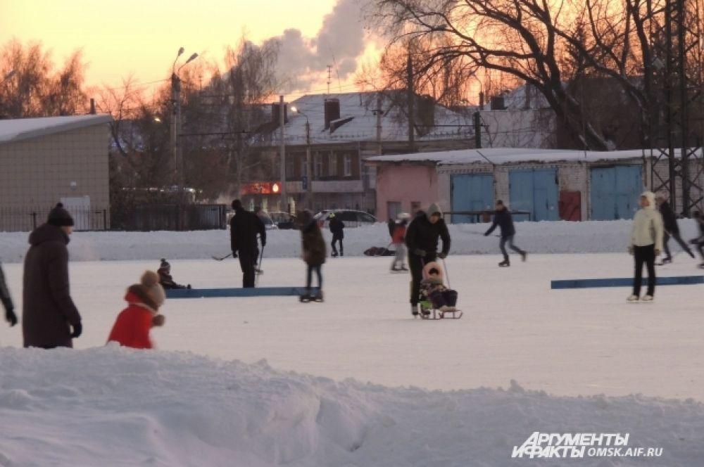 Играет музыка, кто катается, а кто играет в хоккей.