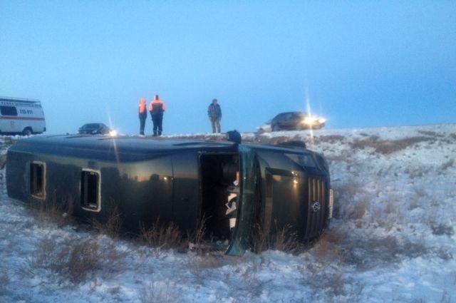 В ДТП в Новоорском районе пострадали водитель и пассажиры микроавтобуса.