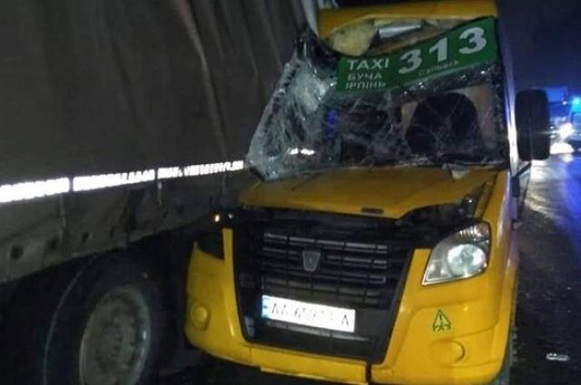 Страшное ДТП под Киевом: маршрутка с пассажирами врезалась в грузовик