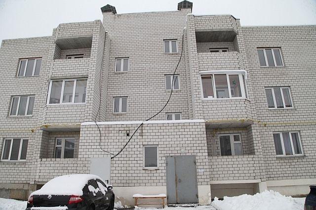 Проводка в доме висит от короба вдоль стены и никак не закреплена.