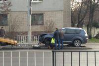Во Львове авто снесло ограждение, вылетело на тротуар и переехало женщину