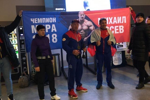 Победитель вернулся на родину. Встреча проходила в пермском аэропорту 11 декабря.