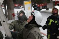 Пожарные развернули автолестницу.