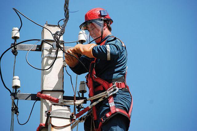 При подготовке к зиме  специалисты отремонтировали более 2000 км линий электропередачи.