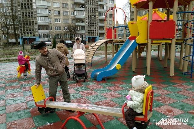 Двор на ул. Батальной , 75-77, не узнать. К радости детворы здесь оборудовали игровую площадку.