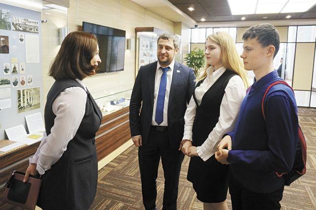 Депутат Егор Заворохин не только пригласил ребят на пленарное заседание – он организовал для них экскурсию, а также ответил на их непростые вопросы.
