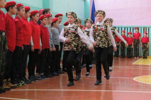 Чтобы дети помнили историю страны, и проводят такие мероприятия.