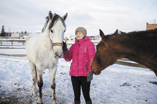 Ксения ещё ходить не умела, а отец уже посадил её в седло. Повзрослев, всё свободное время она проводила на конюшне.