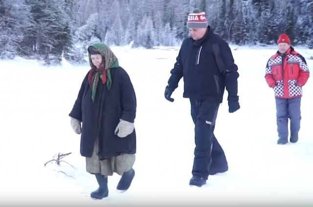 Губернатор Кузбасса подарил Агафье Лыковой щенка, которого она назвала Цветочком.