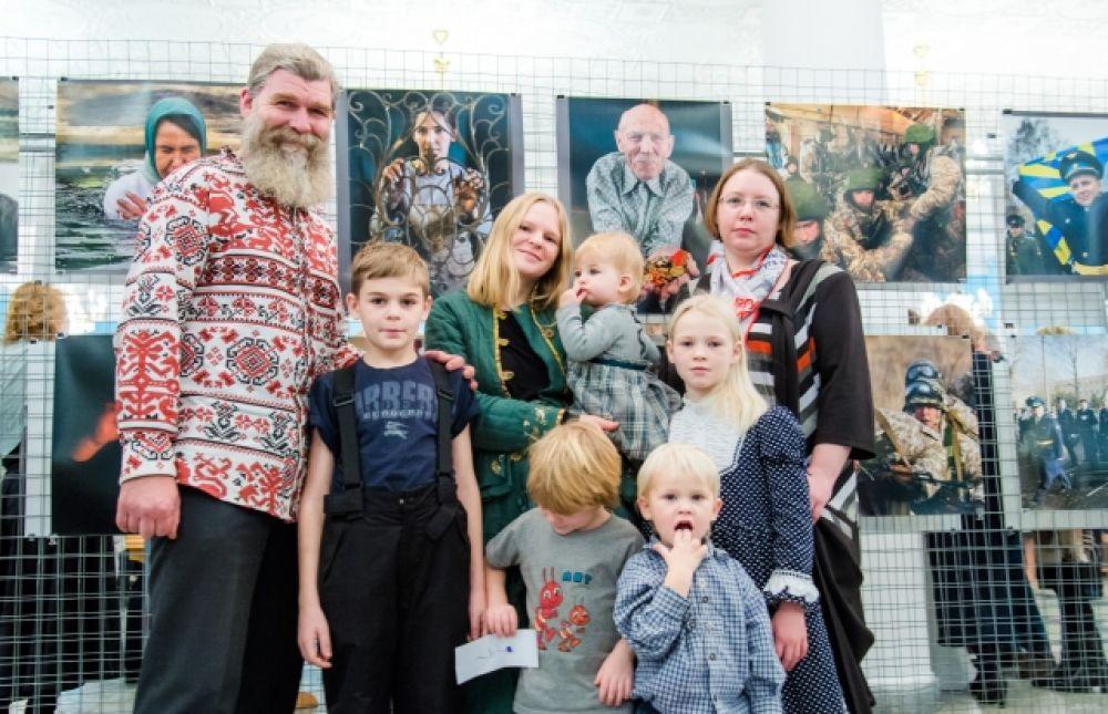 Герой нашего материала банщик, сторонник ленивого земледелия Иван Бояринцев пришёл на юбилей «АиФ» целой семьей!